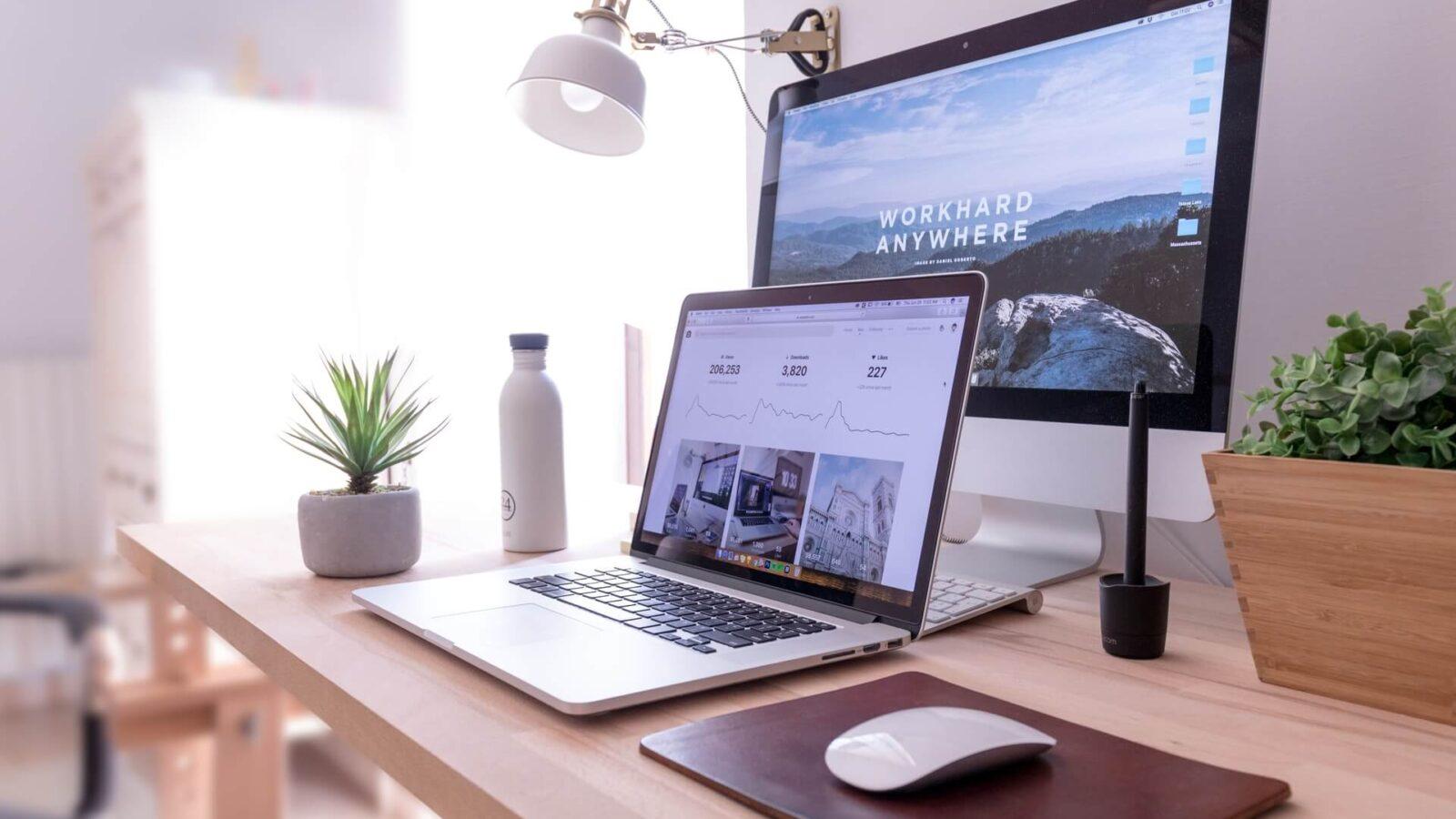 praca przy laptopie - agencja marketingowa