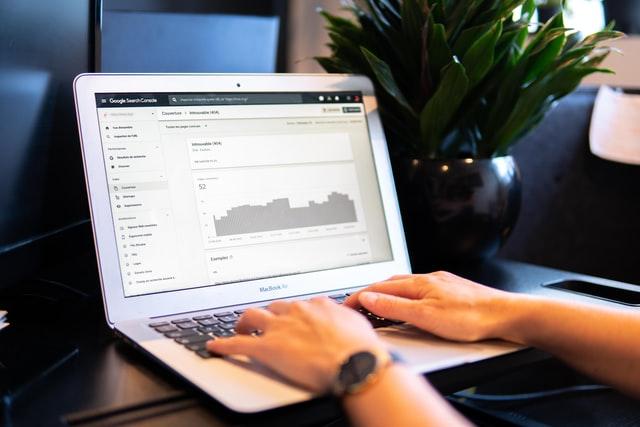 laptop wykres praca w agencji marketingowej