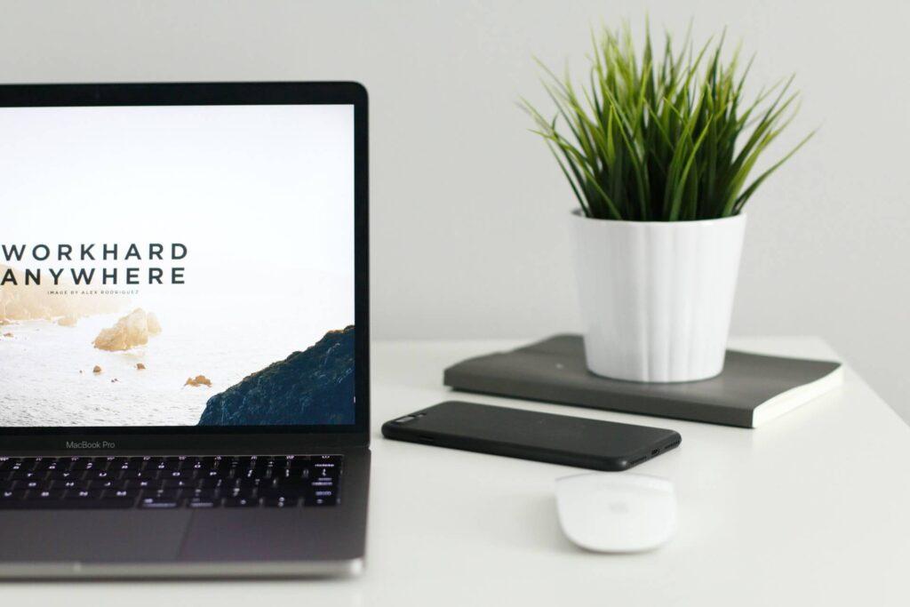 laptop praca w agencji interaktywnej